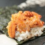 麻布十番 鉄板焼 楼漫亭 - カリカリのおこげご飯と、とろける雲丹。海苔でくるっと巻いて、贅沢に頬張っていただきます。