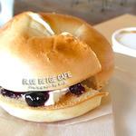 27140326 - ブルーベリージャムとクリームチーズのベーグルトースト