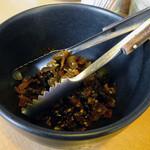 ちんねん亭 - 「ちんねん亭」卓上の辛子高菜