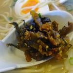 ちんねん亭 - 「わんたんめん」卓上の辛子高菜を投入