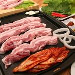 豚兄 - 料理写真:厚さ2cmの国産豚肉を野菜と一緒にどおぞ。