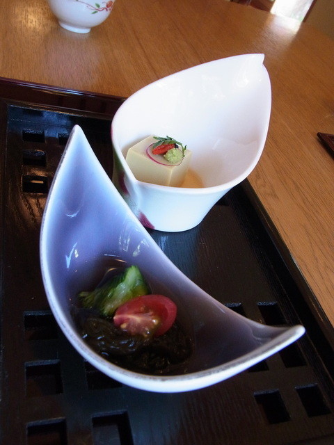 天毬 - ランチ(2400円)の先付け。沖縄のもずくと、豆をすり込んだ豆腐でした