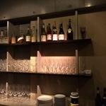 ヴァン・ソヴァージュ - ピカピカに磨かれたグラス、上段にはハードリカーがずらり。
