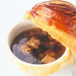 メゾン ポール・ボキューズ - 料理写真:Soupe aux truffes V.G.E. (plat créé pour l'Elysée en 1975)  1975年にエリゼ宮にてV.G.E.に捧げたトリュフのスープ