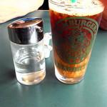 27152791 - アイスコーヒー…の横に注目していただきたい。普通しょうゆとかソース入れる瓶にガムシロ入れるとは(笑)ラッピはやっぱりどこかおかしいw