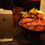 レッドロック - ローストビーフ丼 大 iPhoneと比較するとサイズ分かる?