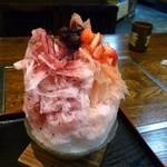 天竺屋 - 氷屋の純氷かき氷(いちごとブルーベリーのハーフ&ハーフ)