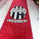 2716587 - お店のロゴ入り赤い絨毯