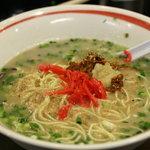 博多ラーメン 大晏 - 替え玉に紅しょうが、辛子高菜、にんにく、すりごまをトッピング