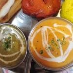 インド料理 マナカマナ - 【New!】サグチキン(左)とバターチキン