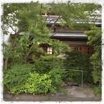 更紗 - 今夜はこちらのお店で、みんなで母の日ディナーです。 森の中の温泉旅館みたいですね。