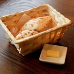 27167188 - 熱々モチモチ 風味と味が抜群 パスタランチのパン