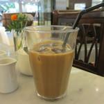 27167627 - アイスコーヒーにクリームとシロップイン