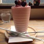 喫茶 ほんまち - たっぷりの苺とレアチーズのスムージー
