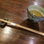 蕎麦料理 はやうち - そば茶の湯呑みは薄くて口をつけた時お茶が飲みやすいです。