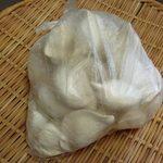 同福堂 - 持帰りの生餃子(冷凍);余りに雑駁な包みです (^^;) @2014/05/11