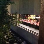 完全個室 割烹dining 桟敷坐 - 都町に高級感溢れる創作料理屋発見‼   外から少し見えるエロス的な面と素敵な個室を調和させた異性をオトス為使いたい場所です。