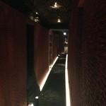 完全個室 割烹dining 桟敷坐 - 美しい高級感溢れる黒絨毯とガラスとの融合通路