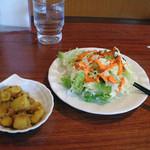 ネパーリ チューロ - ランチについてくるカレージャガイモ&サラダ