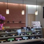 金丸菓子舗 - ショーケースに綺麗に並んだ和菓子