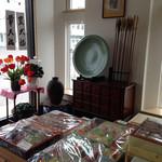 金丸菓子舗 - 手前は、ご贈答用のお菓子  奥には、高価な大皿や壺、矢が飾られています
