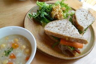 ラパン ノワール くろうさぎ - サンドイッチセット ベーコン、ひよこ豆のスープ