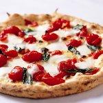"""ピッツァ サルヴァトーレ クオモ - 料理写真:受賞ピッツァ""""D.O.C""""~ドック~厳格な生産地規定「D.O.C」認定のみの素材を使用した、シンプルだけにごまかしのきかない贅沢なピッツァ。"""
