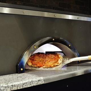 自慢のピザ窯にて焼き上げるROMAPIZZA