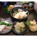 オールドハウス ラオファン - お料理6種・・海老マヨネーズ和え・豚の角煮風・八宝菜・ザーサイ等がプレートにのせられています。