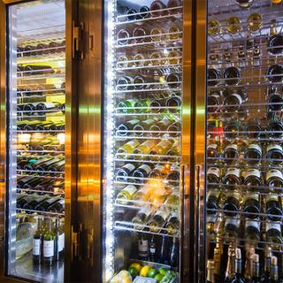 大型セラーにて管理された世界各国のワイン