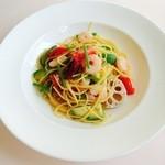 ラカンパーニャ - 料理写真:海老アボカドとフレッシュトマトのペペロンチーノ