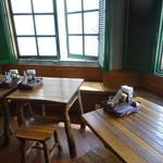 シャンウェイ - ロッジ風の椅子とテーブル