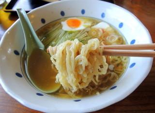 若竹 - 2014年5月11日(日) らーめん(税込530円) 自家製麺リフト