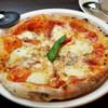 アボカーレ  - 料理写真:外はカリッ、中身はモッチリとした食感『マルゲリータ』  500度の釜でじっくりと焼いた本格ナポリピザ。ランチでもテイクアウトでも楽しめます。