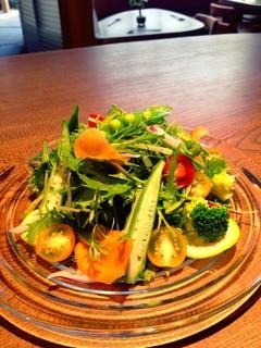 お箸BARおれお - おれおのガーデンサラダ。その時の美味しい野菜をふんだんに使った人気のサラダ!さっぱりな和風ドレッシングでどうぞっ!