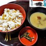 出羽屋 - 夕食(タケノコご飯 & 味噌汁)
