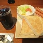 カフェドクリエ - 料理写真:モーニングプレートソーセージ(サラダ、ソーセージ、ハム、トースト付)です☆