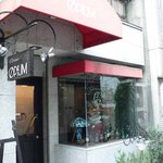 OPIUM - お店の入口です。このビルは大正時代に建てられたビルなんですよ。店内は趣きがありますよ。