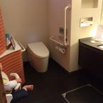 和琉ダイニング あんのん - 女性トイレは車椅子用仕様で広い