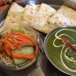 インド料理マヤ - 平日Cランチ(日替わり、ポテトサグカレー)後ろはチーズナン。ドリンクが付きます。