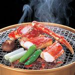 大宮 甲羅本店 - たらばを豪快に網焼き。焼けた匂いが食欲をそそります。