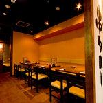 串タロー - テーブル席は壁側はソファー式