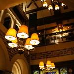 ニューミュンヘン - 吹き抜けの天井とシャンデリア、素敵です