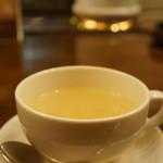 ニューミュンヘン - 定食に付くスープです、絹ごし、玉ねぎのコンソメです、美味しいですね