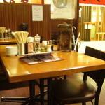まるうま - テーブル席