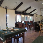 ビストロウー・ルー - 店内はホワイト&ブラウン、テーブルはグリーンが基調。