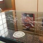 栄寿し - お座敷のテーブル