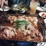 居酒屋 美人韓 東舞鶴店 -  韓国風居酒屋、スタッフさんオススメの鉄板焼きを注文しました。四角い鉄板?に野菜とお肉(ホルモン、牛かな?)が沢山入って出てきました。辛いものが苦手な私でも美味しく食べられました!