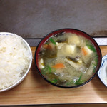 27300189 - 豆腐、きのこ、野菜もたっぷりな味噌汁と漬物がつきます。