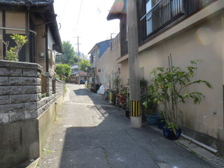 福田豆腐店 - 店舗入口はこの路地の奥